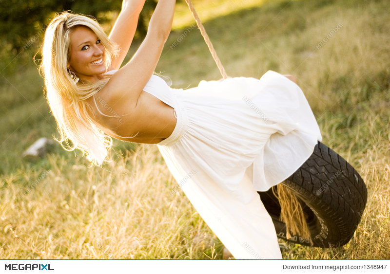 sexy-girl-on-a-swing-short-moms-nude